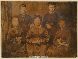 portetfoto van moeder Sassen met haar dochters