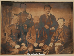 portetfoto van vader Sassen met zijn zonen